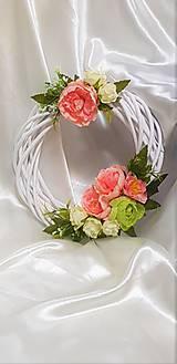 Bielo - ružový nežný prútený venček na dvere