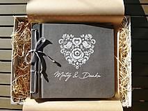 Papiernictvo - Fotoalbum klasický, papierový obal so štruktúrou a rezaným srdiečkom s voliteľným textom na prednej strane - 9823275_