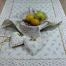 Úžitkový textil - Zlato červené stromčeky a bodky na smotanovej - vianočný štvorcový obrúsok 40x40 - 9823191_