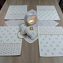 Úžitkový textil - Zlato červené stromčeky a bodky na smotanovej - vianočné textilné prestieranie 25x35 - 9823348_