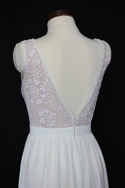 Svadobné šaty z hačkovanej krajky a holým chrbátom do V