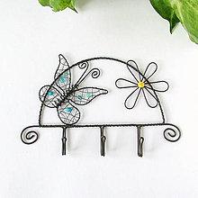 Nábytok - vešiak s motýlikom - 9836652_