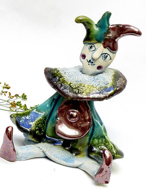 socha klaun sediaci zelený