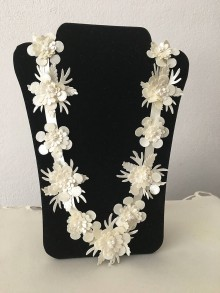 Náhrdelníky - Náhrdelník - Textilný kvet 3D s korálikmi (béžová -perleťová) - 9841857_