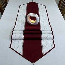 Úžitkový textil - Strieborné hviezdičky so špirálkami na bielej s bordovou - vianočný stredový obrus - 9842537_