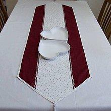 Úžitkový textil - Strieborné hviezdičky so špirálkami na bielej s bordovou(2) - vianočný stredový obrus - 9843909_