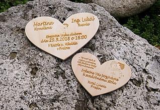 Dekorácie - Drevené oznámenie s pozvánkou k svadobnému stolu - 9846509_