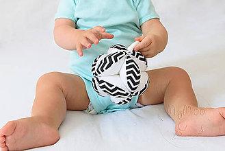 Hračky - Montessori úchopová loptička s rolničkou - čierna/chevron - 9846231_