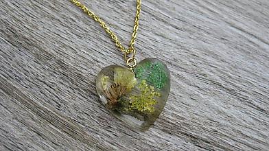Náhrdelníky - Srdiečko s kvietkami - živicový náhrdelník (so zeleno žltými kvietkami, č. 2001) - 9845297_