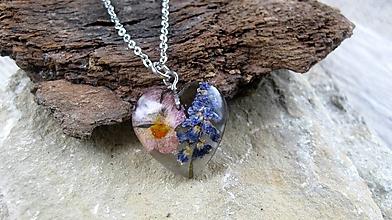 Náhrdelníky - Živicové srdiečko s kvetmi menšie- náhrdelník, chirurgická oceľ (lúčne kvietky č. 2301) - 9848503_