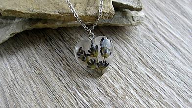 Náhrdelníky - Živicové srdiečko s kvetmi menšie- náhrdelník, chirurgická oceľ (s levandulou č. 2304) - 9848552_