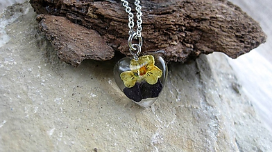 Náhrdelníky - Živicové srdiečko s kvietkami mini - náhrdelník, chirurgická oceľ - 9848618_