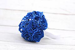 Saténová kytica svadobná tmavomodrá ruže + pierko