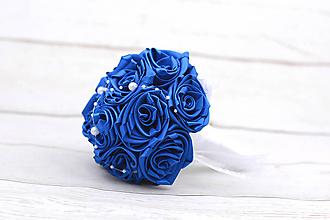 Kytice pre nevestu - Saténová kytica svadobná tmavomodrá ruže + pierko - 9848023_