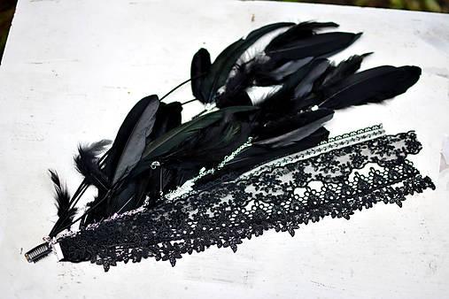 Čierný hair clip s perím a čipkou