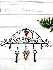 Nábytok - vešiak s keramickým srdcom - 9853070_