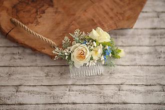 Ozdoby do vlasov - Biely kvetinový hrebienok do vlasov - 9857497_