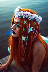 Ozdoby do vlasov - Kvetinový venček s mušličkami a flitrami z kolekcie Mermaid dream - 9854603_