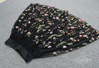 Sukne - Čierna kvietkovaná tylová midi sukňa - 9859980_