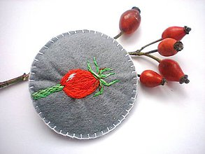 Odznaky/Brošne - Dámska brošňa (Vyšívaná šípka) - 9858984_