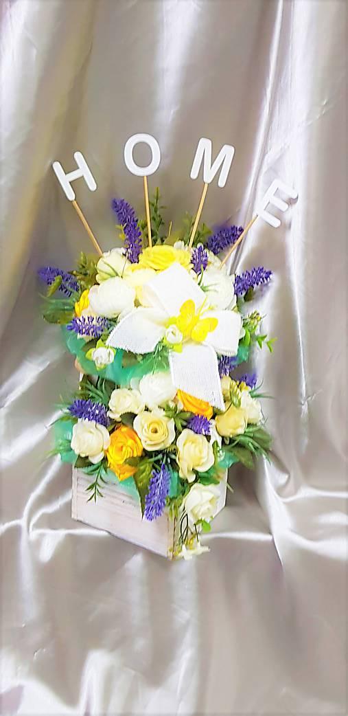 Veľký kvetinový aranžmán v pastelových farbách s nápisom HOME