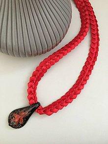 Náhrdelníky - Náhrdelník zo saténových stužiek s príveskom (Červená) - 9862525_