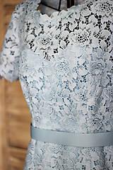 Šaty - Púzdrové šaty s rukávikom z hrubšej krajky rôzne farby - 9862245_
