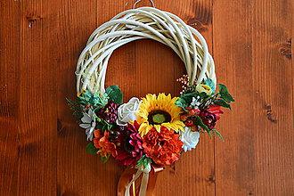 Dekorácie - Smotanový veniec so slnečnicami a jesennými kvetmi 34cm - 9864180_