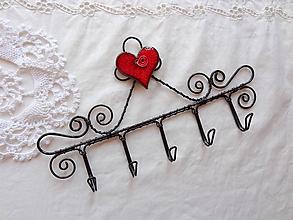 Nábytok - srdce z porcelánu...folk vešiak (symetrické srdiečko) - 9866798_
