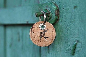 Kľúčenky - Korková kruhová kľúčenka lastovička - 9867476_