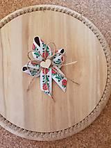 folklórne pierko s jutovým špagátom a dreveným srdiečkom pre rodičov, svedkov