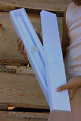 Svietidlá a sviečky - Dlhá sviečka na krst a krabička na košieľku. - 9869702_