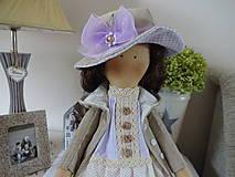 Bábiky - Béžovofialová bábika v klobúku - 9871790_