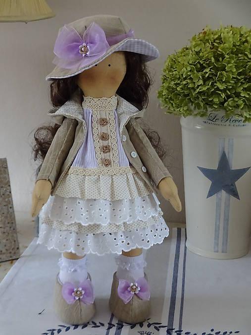 Béžovofialová bábika v klobúku