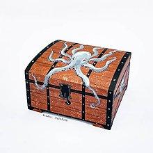 Nábytok - Ručne maľovaná pirátska truhlička - 9873949_