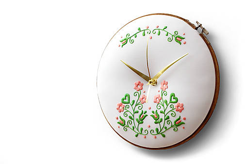 Hodiny - Nitra, ručne vyšívané nástenné hodiny - 9874915_