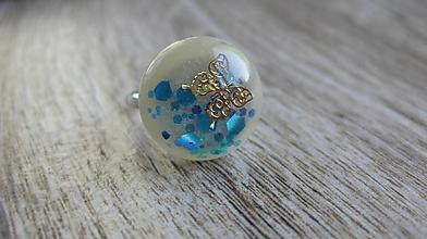 Prstene - Živicový prsteň guľatý - chirurgická oceľ (zlatý motýlik v modrých trblietkach, č. 2340) - 9876286_