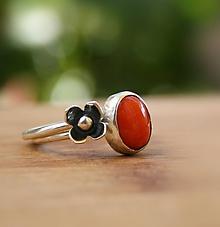 Prstene - Červený korál s kvietkom - strieborný prsteň - 9875683_