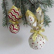 Úžitkový textil - Zlato červené hviezdičky a chevron na smotanovej - dekoračná závesná guľa - 9876677_