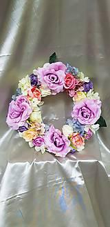 Kvetinový veniec v pastelových farbách