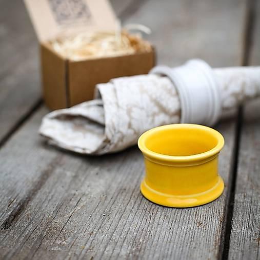 Kroužek na ubrousek žlutý