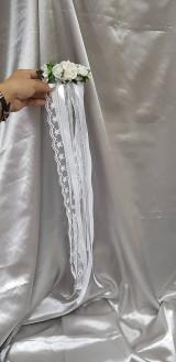 Nežný svadobný kvetinový hrebienok so stuhami a čipkou