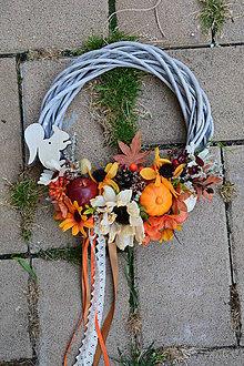 Dekorácie - Jesenný veniec s tekvicou, jablkom a veveričkou 28cm - 9885586_