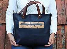 Modrá korková kabelka s detailom lastovičiek