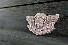 Dekorácie - Reliéfní anděl lila vitajte - 9886863_