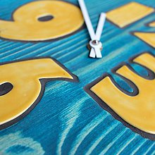 Hodiny - Hodiny tyrkysové so žltými keramickými číslami - 9890134_