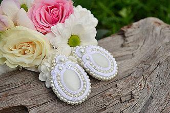 Náušnice - Soutache Svadobné náušnice White pearl queen + Dárková krabička - 9895723_
