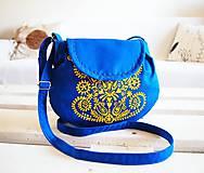 Kabelky - Maľovaná modrá kabelka s žltým folk motívom - 9894257_