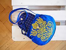 Kabelky - Maľovaná modrá kabelka s žltým folk motívom - 9894258_