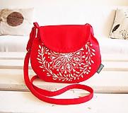 Maľovaná červená kabelka s bielym motívom